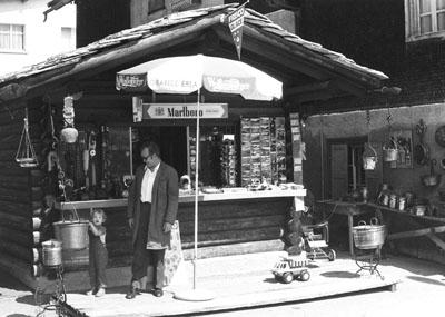 Klein Blöker anno 1974 vor Grossvaters Kiosk (klicken für grosse Fassung)