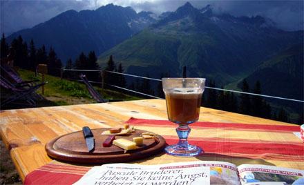 Café Tgom, Bergkäse, Rohschinken, hochstehende Lektüre - Idylle auf dem Tgom bei Sedrun (28. Juli 2007)