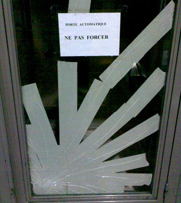 Da hat schon jemand ziemlich viel force angewendet (Flughafen Nizza, 20.11.2007)