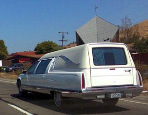 Das ist noch ein Leichenwagen! Und erst noch vor passender Kulisse.