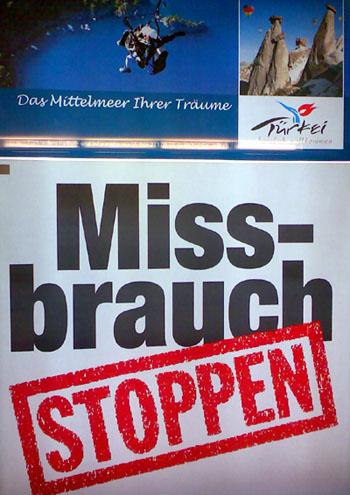 Im richtigen Augenblick ins Stocken geratener Plakatwechsler im HB Bern, 7. September 2006