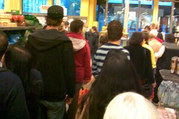 Später Sonntagnachmittag in der Migros am HB Bern - 10 Minuten Warten an der Kasse