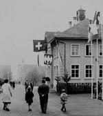 Heimisch geworden: Die Familie vor dem Schulhaus in Itingen (BL), wo ich 1979-1984 auch die Primarschule besuchte (klicken für grössere Fassung)