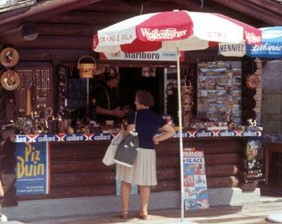 Kiosk in Sedrun anno 1970 - Blökers Grosspapa und eine Kundin