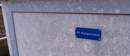 Auf einem Spaziergang durch den Regen gesehen: Romeo und Julia in Wengen, März 2007