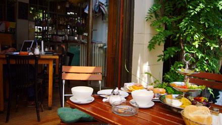 """Brunchen im Café """"Eckstein"""", Prenzlauer Berg, Berlin (Juni 2007) - klicken für mehr Fotos"""