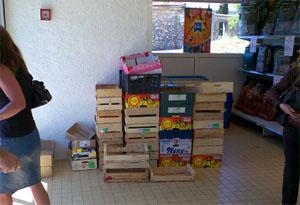 """Seillans (Var), """"Huit à Huit"""", Juni 2007: Kisten en masse zur freien Verfügung, Plastik nur noch gegen Bezahlung"""