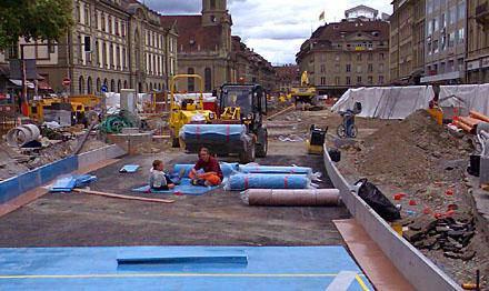Bahnhofplatz Bern: Nette Mittagspause auf weichem Grund (6.7.2007)