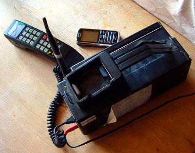 Tragbares Natel C von Motorola, ca. Anfang 1990er-Jahre - als Vergleich das Nokia 6233