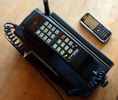 Tragbares Natel C von Motorola, ca. Anfang 1990er-Jahren - als Vergleich das Nokia 6233