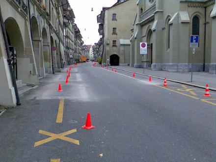 Neusignalisation bzw. Aufhebung der Parkplätze in der Berner Rathausgasse, 5.11.2007: EEEEENDLICH!