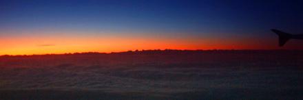 Himmlisch: Nebelmeer über den Franches Montagnes, Morgenrot über den Berner Alpen (EZS 1001, BSL-NCE, 16.11.2007, ca. 6.45 Uhr)