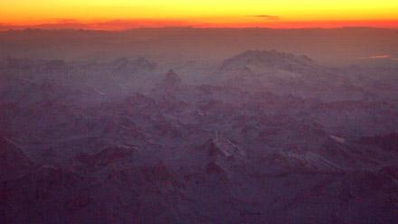 Über dem Mont-Blanc-Massiv, Sicht aufs Matterhorn (EZS 1001, BSL-NCE, 16.11.2007, ca. 7.05 Uhr)