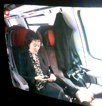 Eveline Widmer-Schlump mit Handy: Offenbar in der Lage, es zu bedienen (Bild: SF, 12.12.2007)