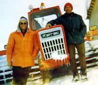 Gion Benedetg Deflorin und Stiafen Monn mit modernstem Ratrac, Sedrun, Ende 1960er-Jahre (skiliftfotos.ch / Archiv Zeitzeugen)