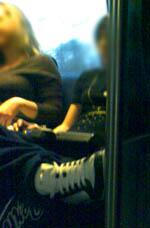 Mit Lautsprechern ausgestattete Teenies im Zug: Nerv! (Februar 2008)