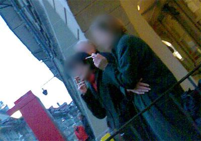 Raucher an einer Bushaltestelle in Bern: Ihr nervt!