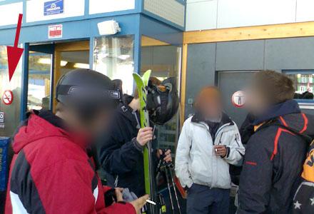 Dümmer gehts nimmer: Skifahrer sorgen an der Talstation der Gondelbahn Wengen-Männlichen für Stinkluft (März 2008)