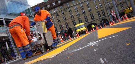 Ein Fussgängerstreifen entsteht: Strassenmarkierer an der Arbeit (4. April 2008, Bahnhofplatz Bern)