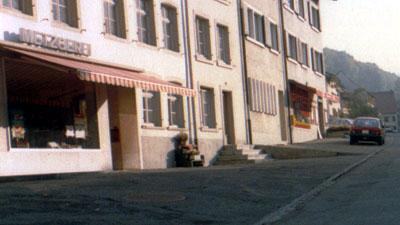 Als die Metzgerei und das Milchhüsli noch standen (heute: Bäckerei und Post) - Itingen BL im Herbst 1985