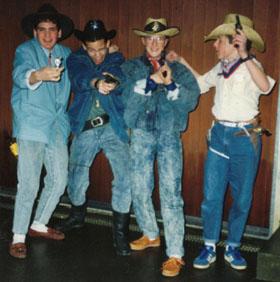 Sek-Abschluss im Westernlook: Sissach, Frühling 1988 (wie wir damals sagten, von links nach rechts: Tanner, Tschaggi, Charly und Fröschli - mit weissen Socken und Timberlands...)