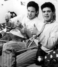 Abschluss nach sechs Jahren Schülerzeitung FGOI: Kumpel Tanner (rechts) und der Blöker feiern die grosse Freiheit (Frühling 1988 - Foto: Stefanie Jacomet)