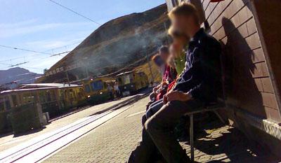 Nettes Geschenk nach der Wanderung: Raucher am Bahnhof Kleine Scheidegg (Oktober 2007)