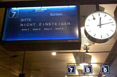 Schrott-Info am HB Bern... auf diesem Gleis steht bereits der verspätete IC nach Luzern! (9.5.2008)