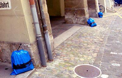 Postgasse Bern, Samstag, 10. Mai 2008, 12.30 Uhr: Die Stadt hält es nicht für nötig, die miefenden Müllsäcke wegzuführen