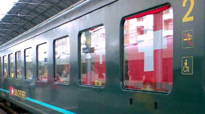 Ausstaffiert auf dem Weg zum Auftaktspiel: Bahnhof Olten, Samstagmittag, 7. Juni 2008