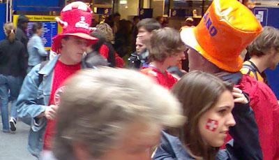 Bemalte und ausstaffierte Fans begegnen sich im HB Bern: Samstagmittag, 7. Juni 2008
