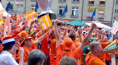 Oranje dominiert die Berner Innenstadt (9. Juni 2008)
