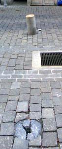 Erst kürzlich geflickt - heute schon wieder umgelegt: Granitpoller in der Kramgasse (Mai 2008)