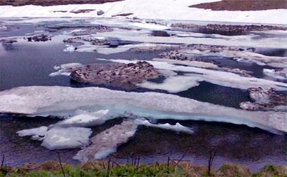 Eisberge... pardon, Schneeresten im Oberalpsee (17. Juni 2008)