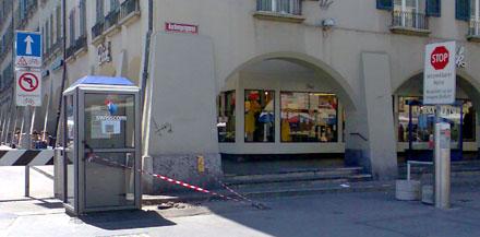 Endlich kommen sie weg, die gefährlichen Schisskomm-Kabinen am Wasienhausplatz (Juli 2008)