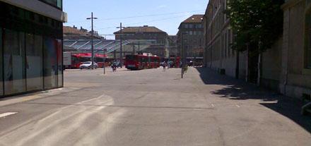 Freie Fläche am Berner Bahnhofplatz, soweit das Auge reicht: Wieso hats hier keine legalen Veloabstellplätze? (Juli 2008)
