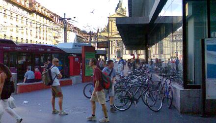 Chaos bei der Rolltreppe zum Migros - hier müssen kontrollierte Kurzzeitparkplätze her! (Juli 2008)