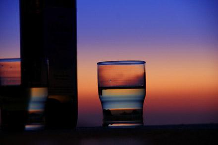 Ein Glas Nikteri (aus den wunderbaren Asyrtiko-Trauben) passt zum Sonnenuntergang - Klicken für mehr Bilder