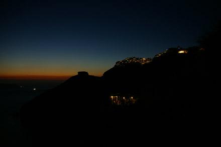 Die Nacht bricht ein, in Imerovigli gehen die Lichter an (August 2008) - Klicken für mehr Bilder