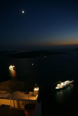 Der Mond über dem Vulkan: Die Kreuzfahrtschiffe verlassen Santorini (August 2008) - Klicken für mehr Bilder