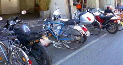 Motorräder auf Veloparkplätzen: An sich verboten - leider nur fast nie geahndet (Rathausgasse, August 2008)